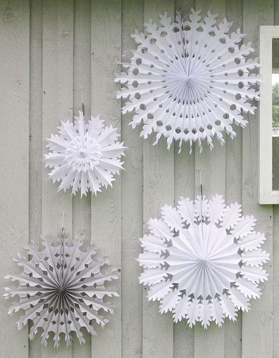 Новогодние снежинки - просто сложите бумагу гармошкой, а дальше вырежьте узор, как обычно!