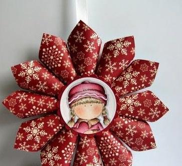 И вариация на тему: «снежинка» из цельных кулечков новогодней, но со вкусом выполненной выдержанной оберточной бумаги, в центр которой можно вклеить тематическую картинку или фотографию