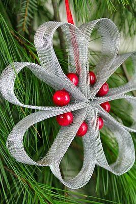 Снежинки-цветы из жесткой тесьмы или бумаги