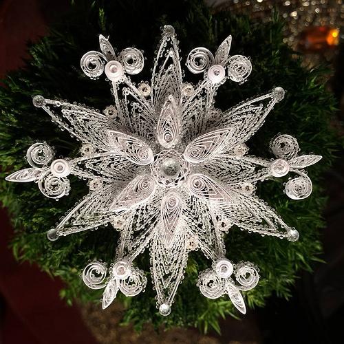 Например, здесь снежинка украшена каплями прозрачного после высыхания горячего клея!