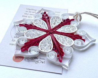 Яркие изощренные снежинки, выполненные в технике квиллинг из цветной бумаги