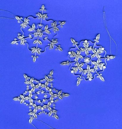 Снежинки и звезды, выполненные в технике квиллинга - из белой бумаги