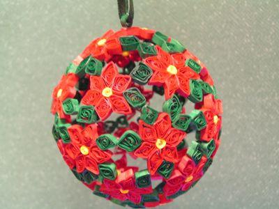 А теперь из самых простых цветных снежинок, выполненных в технике квиллинг, склеиваем елочный шарик!