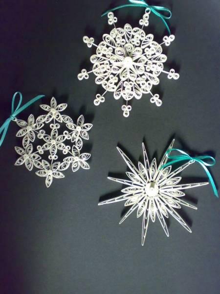 Снежинки и звезды, выполненные в технике квиллинга - различные дизайны из белой бумаги