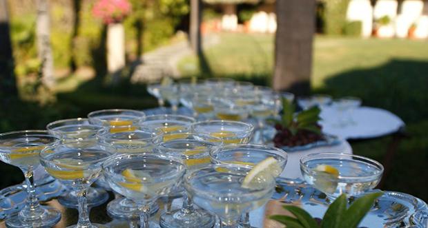бокалы с водой вереницей на длинном столе