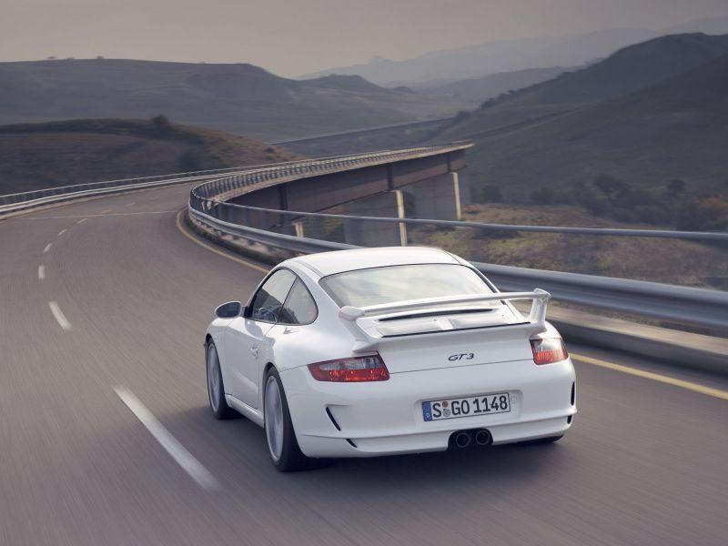 белый спортивный автомобиль на дороге автостраде уходит в горизонт