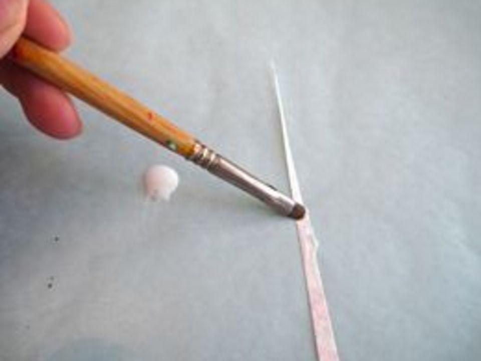 намажьте уголок с изнанки белым клеем
