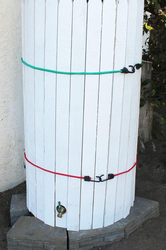 Затем сверху оберните доски шнуром с банджи-креплением, стягивая доски вместе, потом снизу