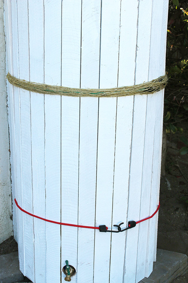 Закрываем банджи-шнуры с крючками, много раз обернув поверх них пеньковую веревку