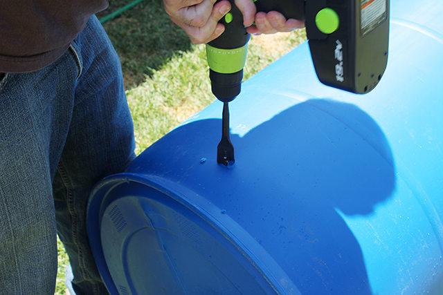 просверливаем в бочке примерно на расстоянии 12-13 см от дна отверстие сверлом диаметра 2,5 см