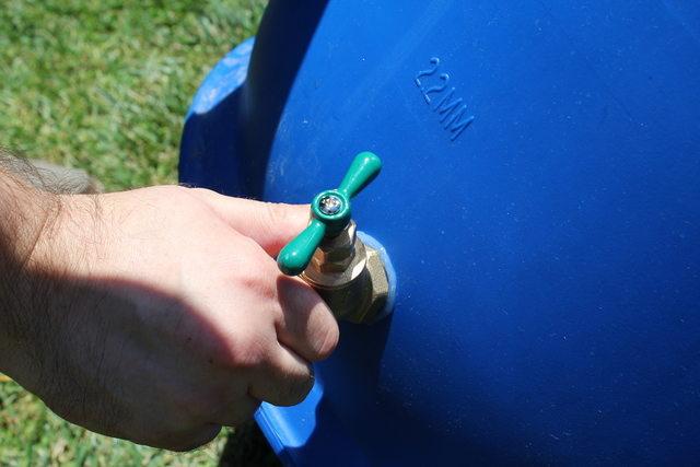 На резьбу прямо около краника щедро наносим силиконовый герметик, ввинчиваем краник прямо с герметиком в просверленное отверстие