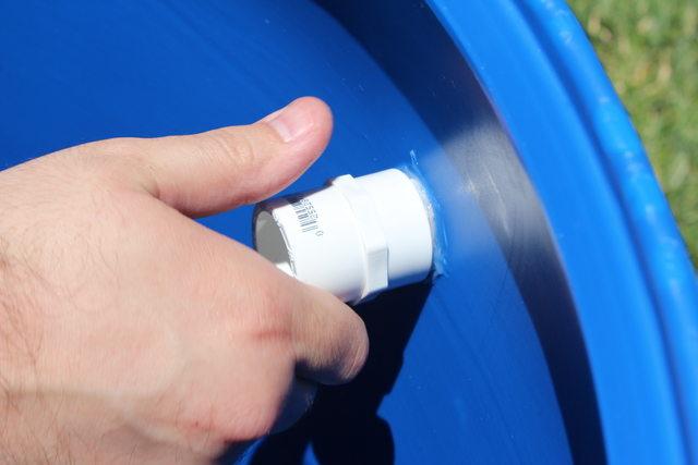 Резьбу на сливе внутри бочки снова покрываем герметиком. Теперь на нее навинчиваем внутри бочки один из адаптеров-переходников.