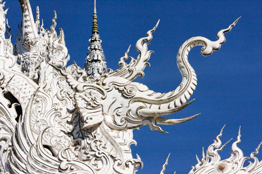 таиландский «райский» Белый Храм (Wat Rong Khun) - слоны на барельефах