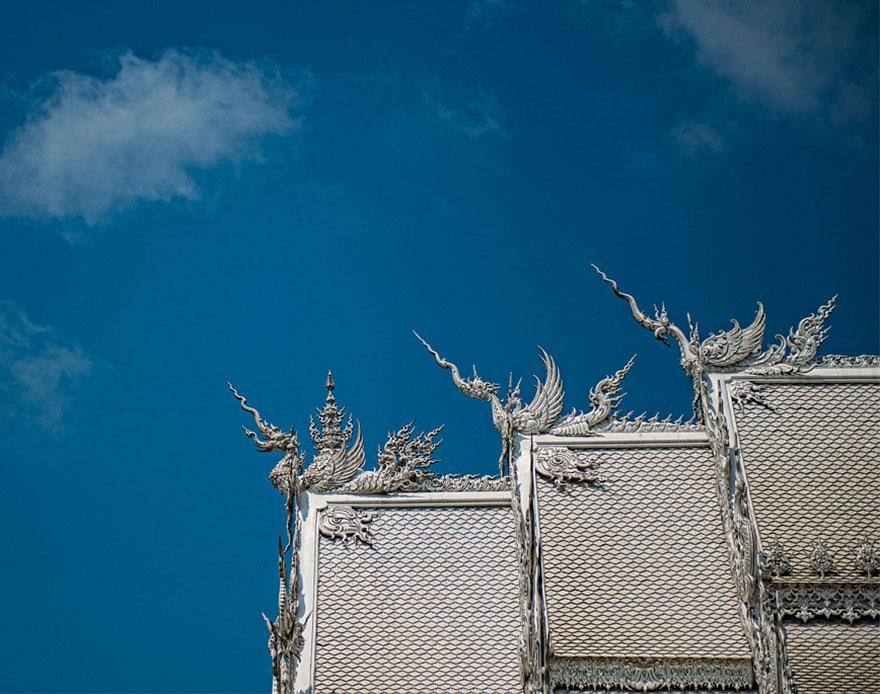 таиландский «райский» Белый Храм (Wat Rong Khun) - драконы на крышах
