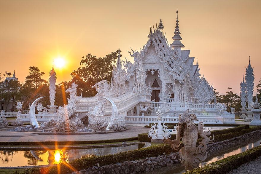 таиландский «райский» Белый Храм (Wat Rong Khun) на закате