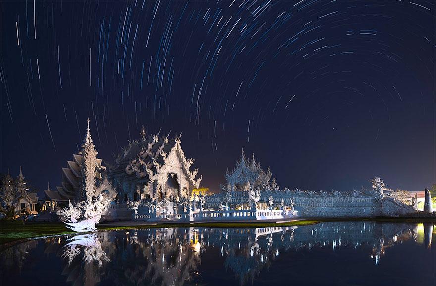 таиландский «райский» Белый Храм (Wat Rong Khun) ночью под фейерверками