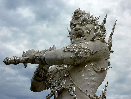 таиландский «райский» Белый Храм (Wat Rong Khun) - демон, заносящий над посетителями меч