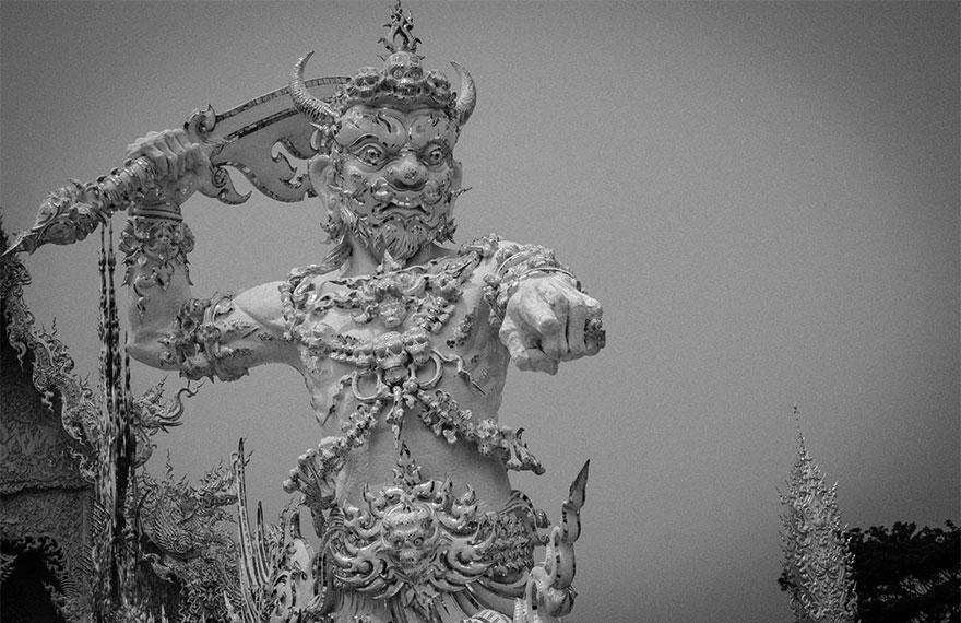 таиландский «райский» Белый Храм (Wat Rong Khun) - демон-страж