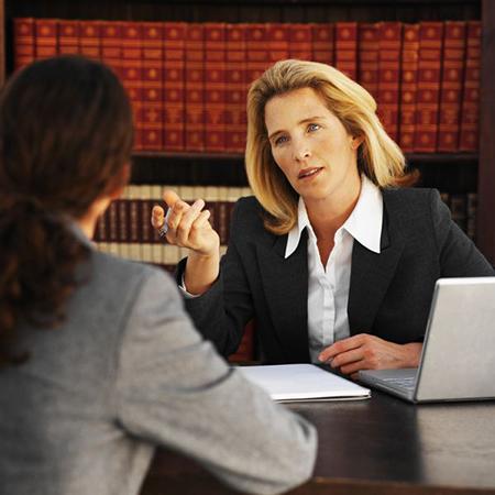 возможно, женское умение слушать и слышать и понимать самые различные точки зрения, выстроило успех последних на юридическом поприще