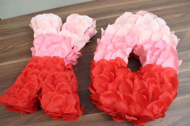 буквы, оклеенные лепестками цветов