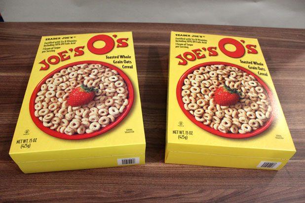Высокие и плоские картонные коробки одинакового размера из-под хлопьев, мюсли, других сухих завтраков, сладких подушечек и прочего