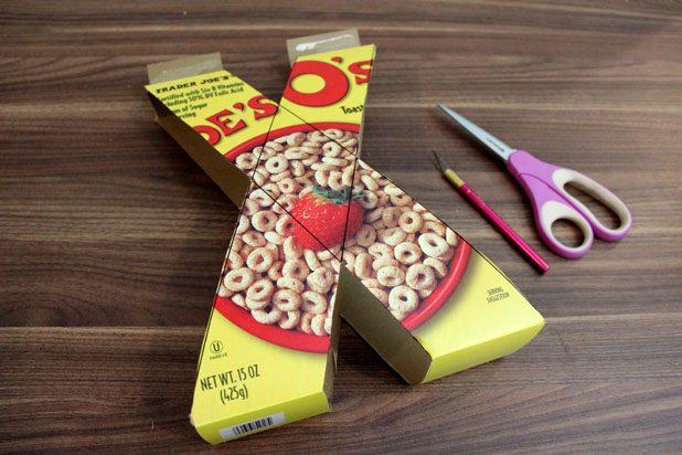 Вырежьте ножницами нарисованные буквы/фигуры, срезая боковины и лишние детали с верха и низа коробок