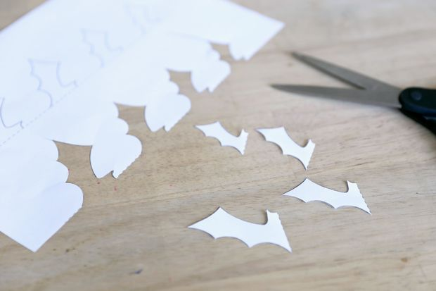 Из картона вырезаем ровно половину формы каждой летучей мыши