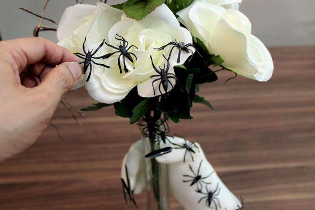 Распределите резиновых пауков по всем цветам, вазе и руке
