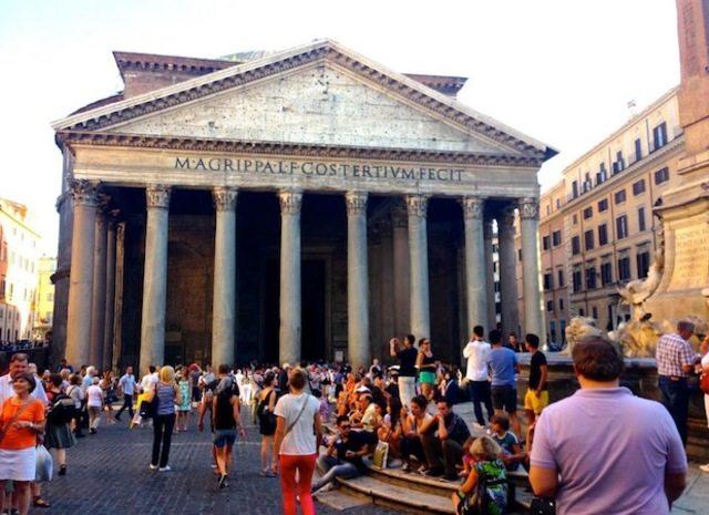 Огромный Пантеон (зажатый на крохотном участке между более современными, но при этом тоже нескончаемо древними зданиями)