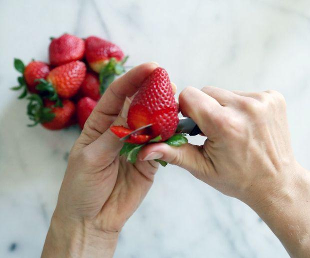 Поверните ягоду, на свободном месте – там, где лепесток опять получится не слишком обрезанным сбоку