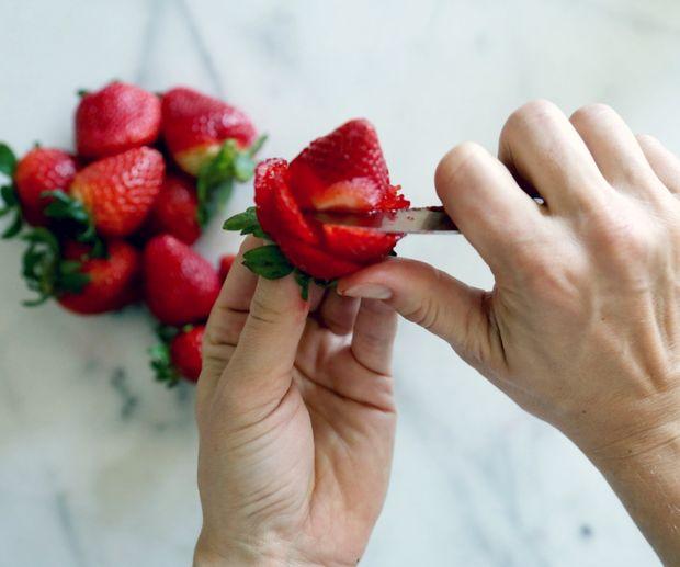 Как сделать букет «роз» из клубники в подарок для нее: основы карвинга