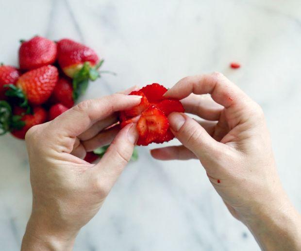 очень аккуратно пальцами разведите лепестки в стороны еще сильнее, пока не получите желаемый вид раскрывавшейся розы