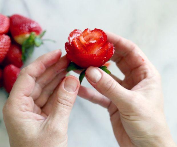 роза из клубники - карвинг