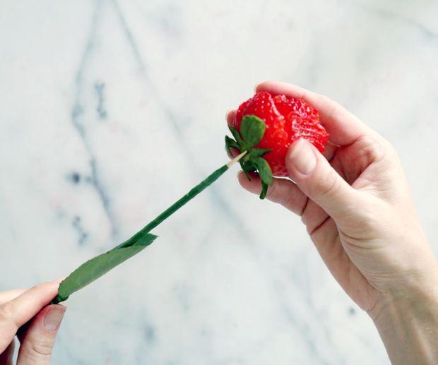 Берите 1 розу и 1 стебель. Острый кончик стебля вставляйте в основание розы.