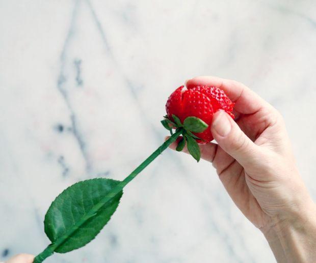 Аккуратно, чтобы не повредить розу, проталкивайте стебель дальше ровно по центру розы, пока не ощутите, что цветок сидит на ножке прочно.