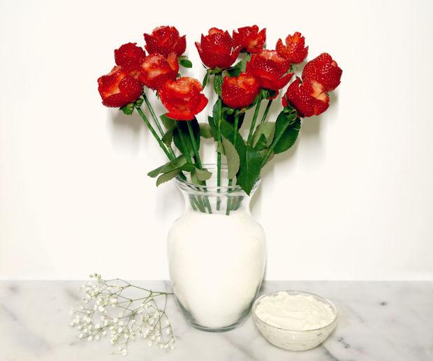 легче всего поставить ваши клубничные «розы» в вазу