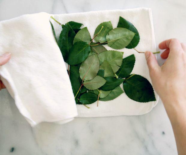 Переместите на сухое полотенце и пока отложите листья досушиваться на воздухе