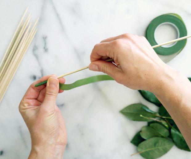 начинайте оборачивать вокруг шампура полоску выбранного зеленого материала