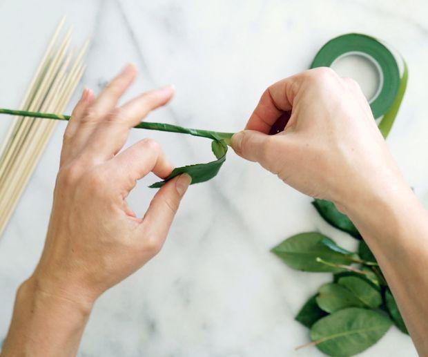 Продолжайте оборачивать зеленую обмотку вокруг шампура почти до самого конца – до 1,3 см от верха