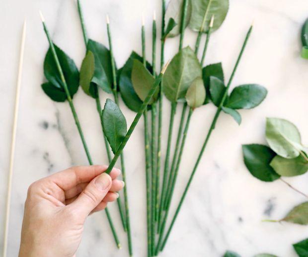 Повторите, собирая стебли для еще 10 роз таким же образом