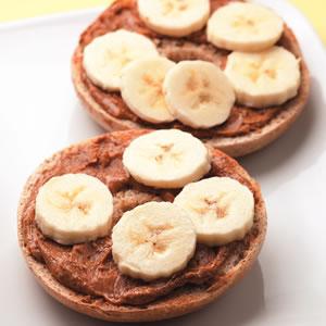 сладкий бутерброд с ореховой пастой и кусочками дольками бананов