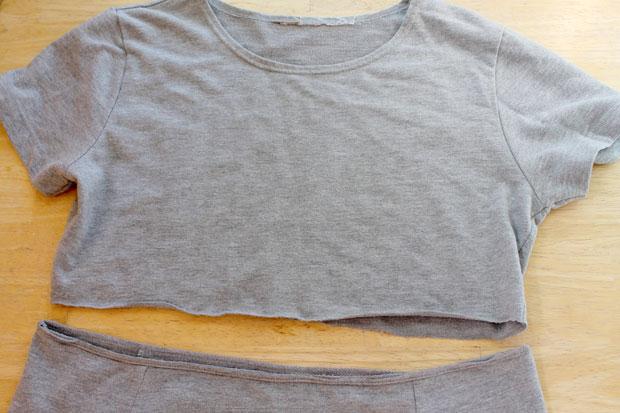 отрежьте низ от первой футболки