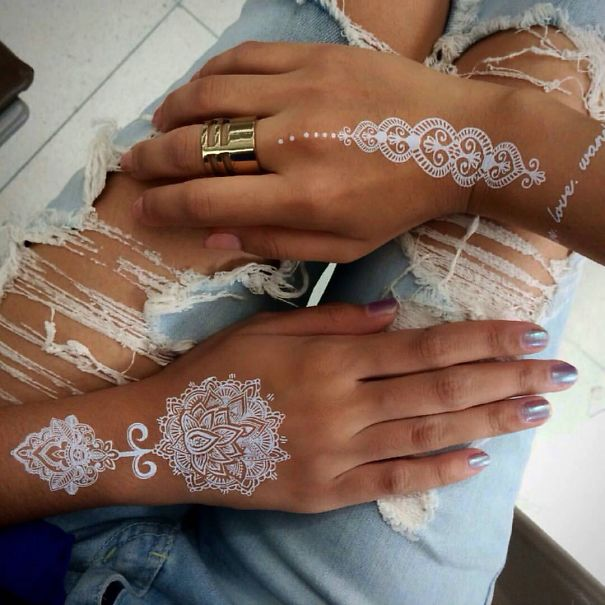 Как выглядит новый модный тренд – смываемые белые татуировки на манер кружева и узоров на коже, выполняемых хной