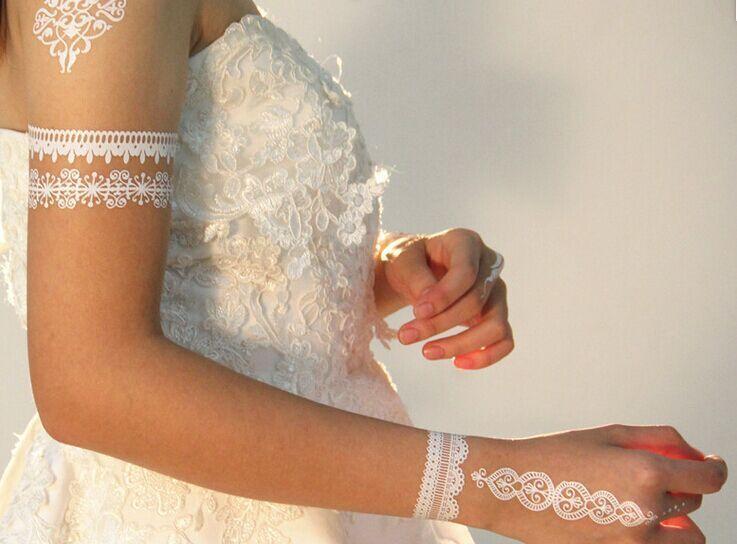 Тренд пошел, как легко догадаться, со Среднего Востока, где невесты начали предпочитать белую хну вместо традиционной - узоры на темной коже и в сочетании с белыми платьями по новому веянию