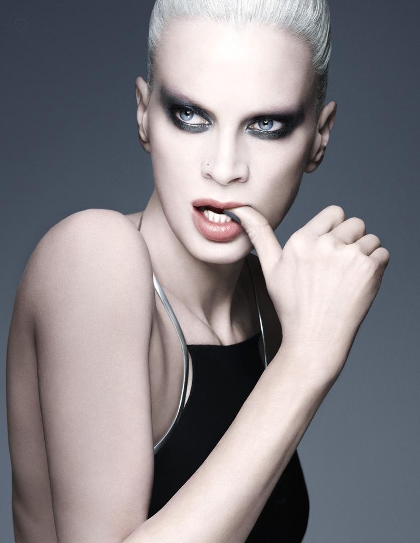 Кристен МакМенами (Kristen McMenamy) - модель в возрасте со стильными серыми волосами