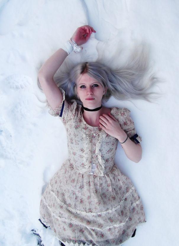 новый мировой тренд в окрашивании: «бабушкины» или седые волосы, на снегу