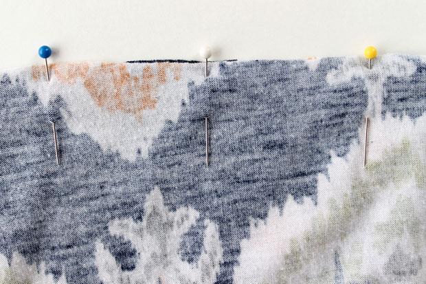 ровно сколите два обрезанных края вместе сверху булавками также по всей длине