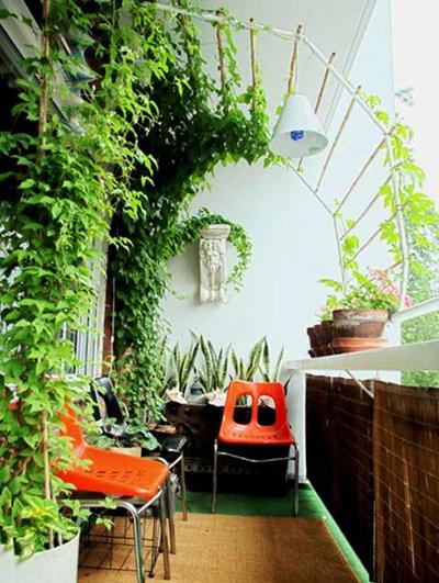 Если Ваш балкон не застеклен, то лучше использовать пластиковую или другую водонепроницаемую мебель