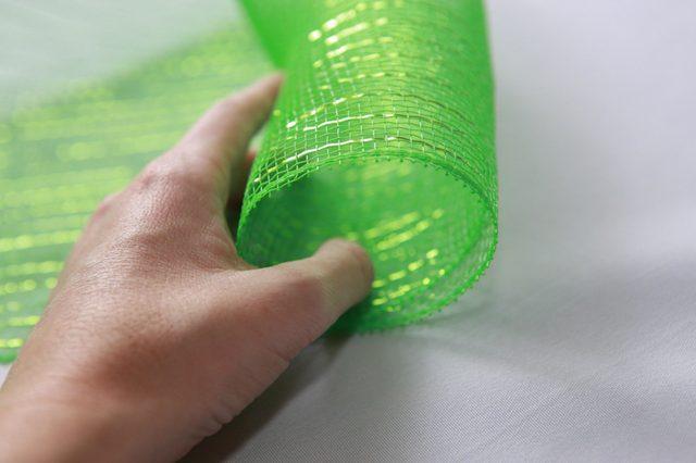 Кончик ленты сверните в трубу примерно 5-ти см в диаметре
