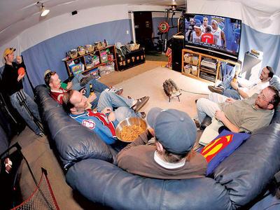 Компании больше подойдет здоровый немаркий диван. А еще лучше – несколько диванов, причем именно диванов